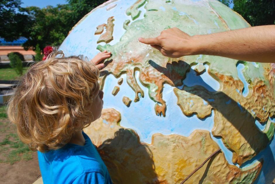 auxiliaire de vie scolaire aesh montre le monde à un enfant