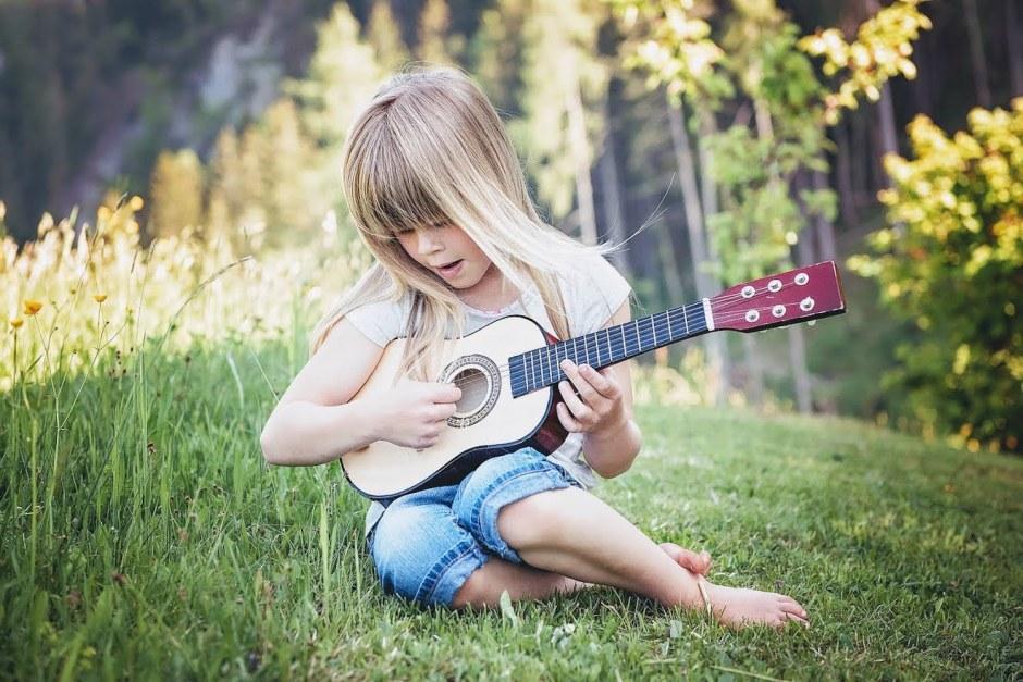 petite fille jouant de la guitare les bonnes adresses pour la musique adaptée