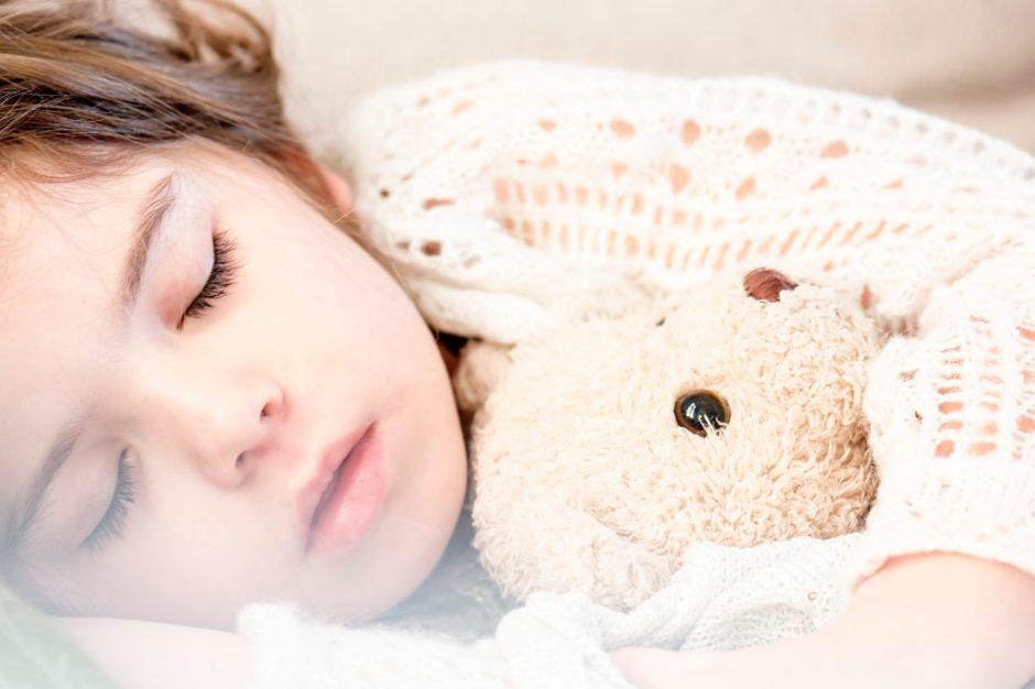 enfant dormant dans son lit avec un drap sensoriel