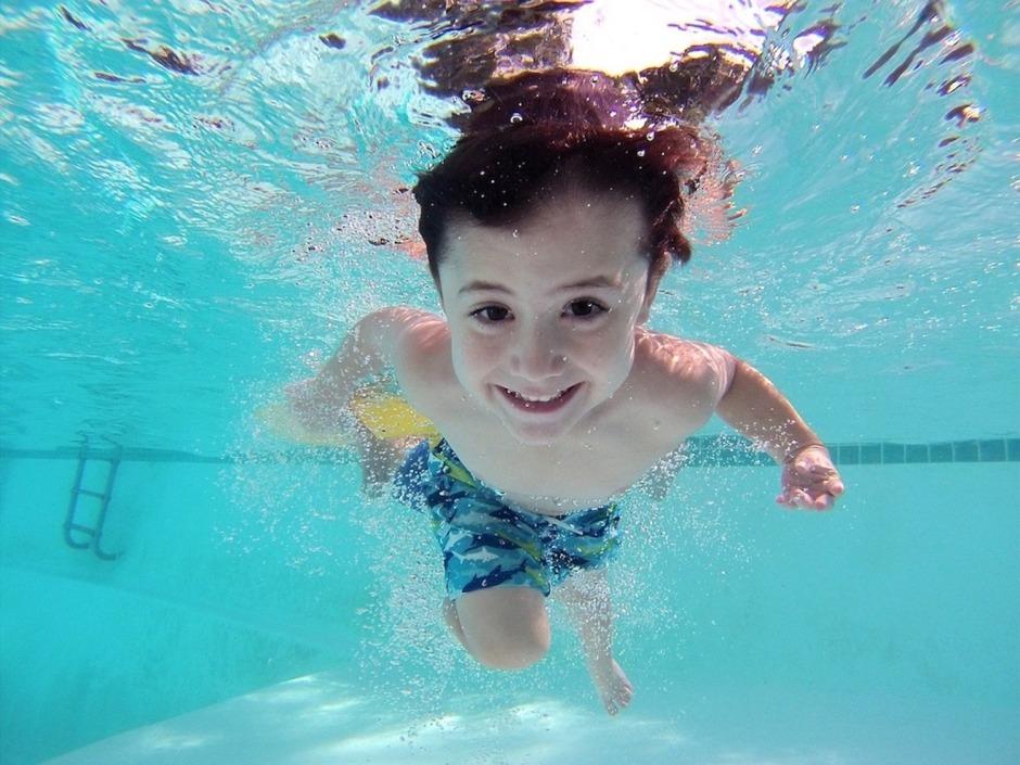 enfant nageant sous l'eau sport adapté les bonnes adresses